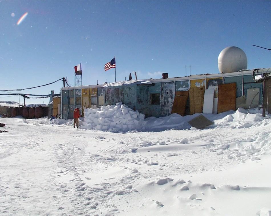 Fotografía de una base antártica, uno de los lugares más extremos de la tierra.