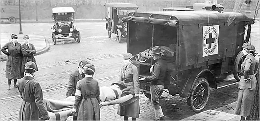 Fotografía mostrando a los médicos cargar los cadaveres.