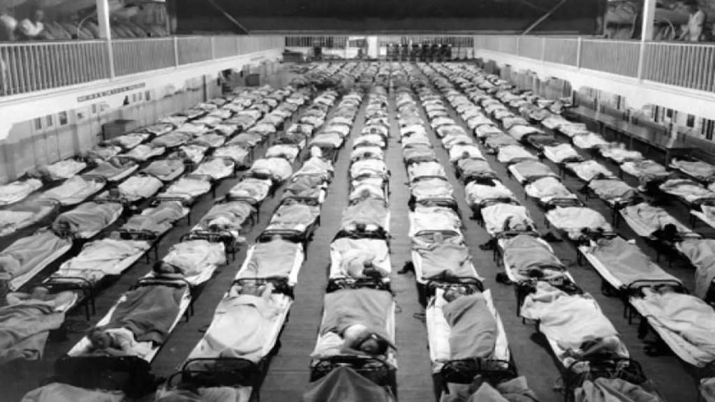 Fotografía de las camas de hospitales llenas.