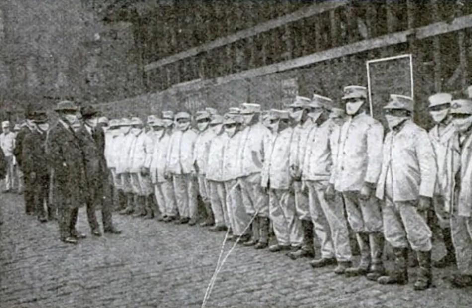 Fotografía mostrando una linea de enfermeros.