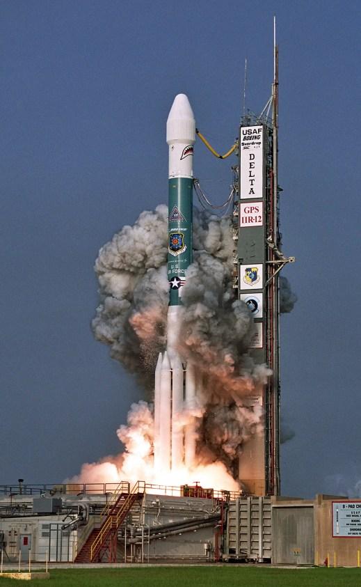 Fotografía del lanzamiento de un cohete espacial.