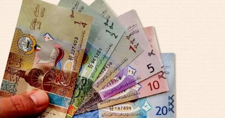 Fotografía de varios billetes del dinar de Kuwait.