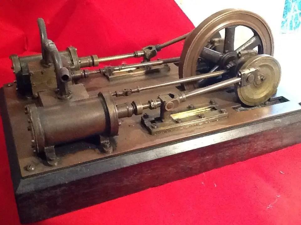 Mini motor a vapor de mesa.