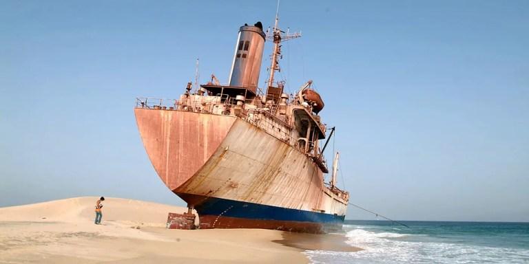 El mayor cementerio de barcos del mundo, la bahia de Nouadhibou