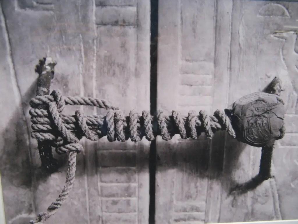 Fotografía antigua del sello de la tumba del rey Tut intacto.