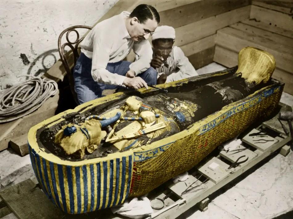 Fotografía de los arqueólogos con el sarcófago de Tutankamón.