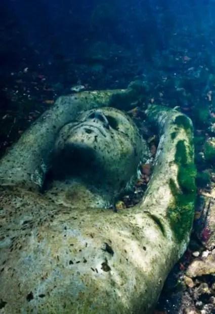 Fotografía de las estatuas sumergidas.