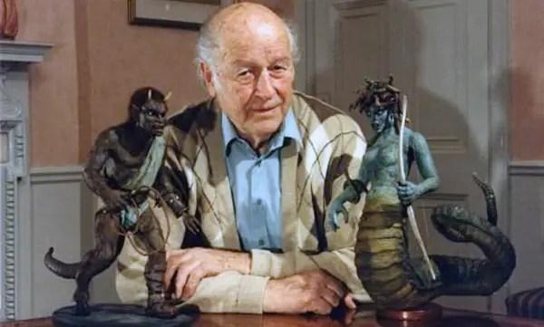 Fotografía de Ray Harryhausen junto a sus monstruos.