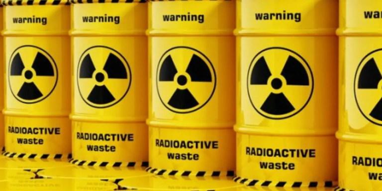 Fotografía de unos barriles con desechos nucleares.