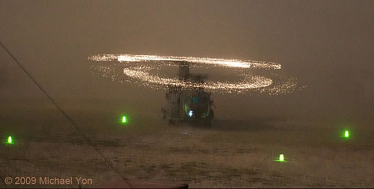 Fotografía de im helicóptero en medio de la arena.