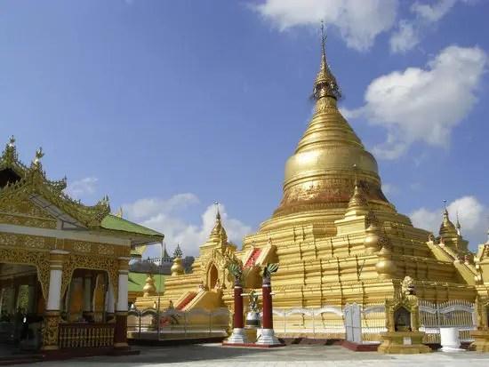 Fotografía de una del exterior de la pagoda de Kuthodaw.