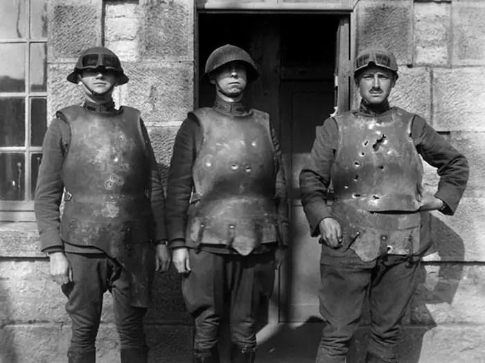 Fotografía de los soldados de la primera guera mundial vistiendo armaduras.