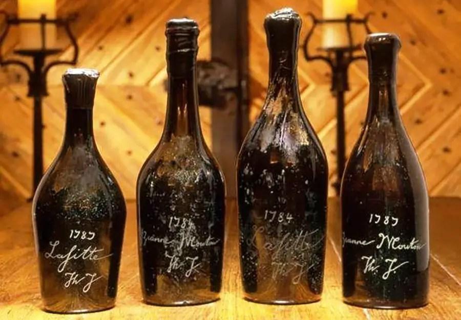Fotografía de unas botellas de vino.