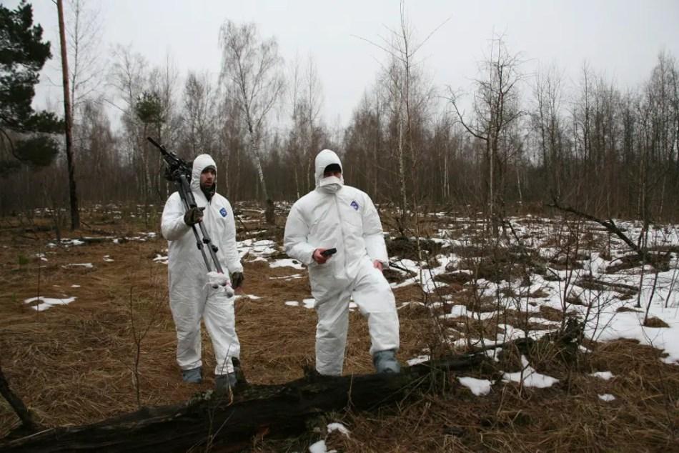Fotografía de dos hombres en los bosques de Chernobyl