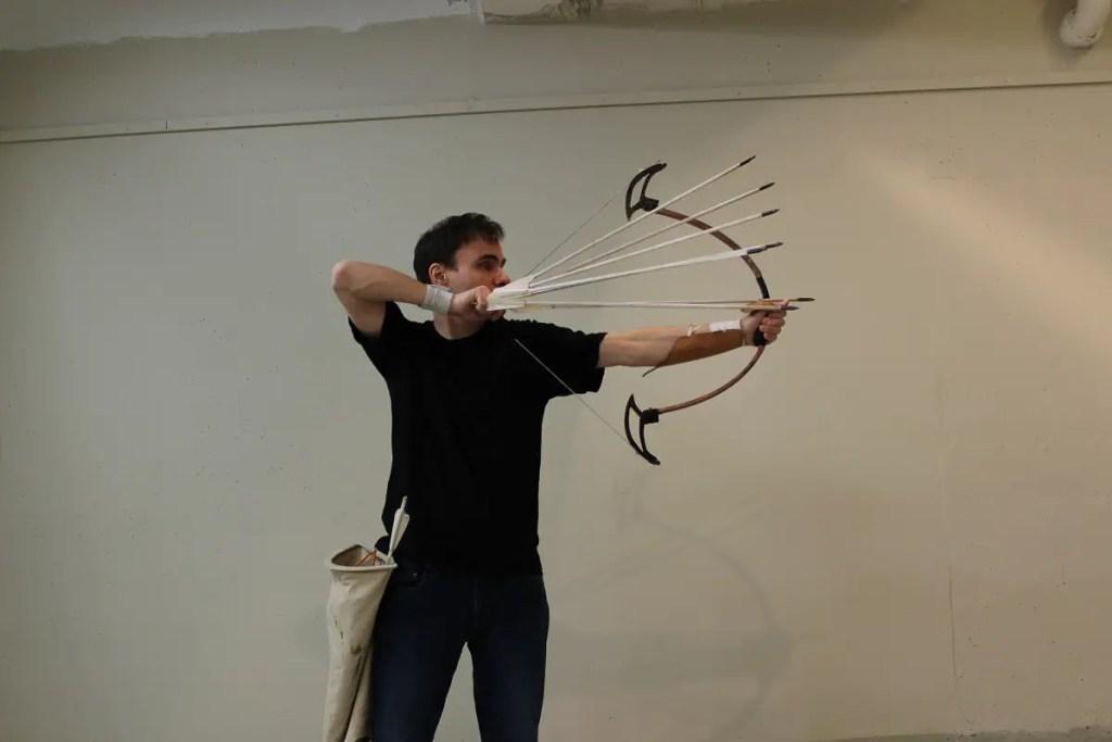 Fotografía de Lars Andersen tensando su arco.