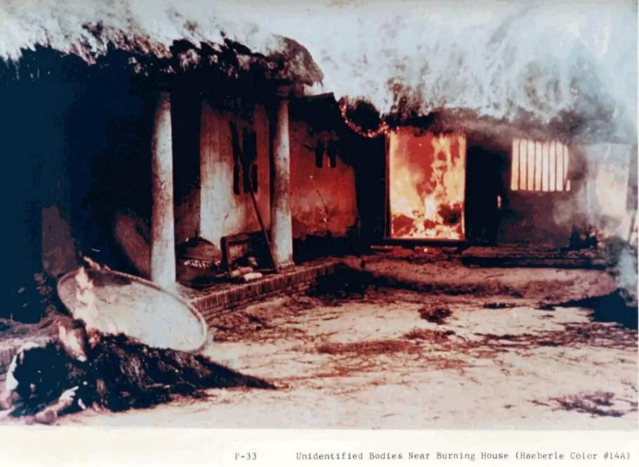 Fotografía de casas incendiadas durante la Masacre de My Lai.