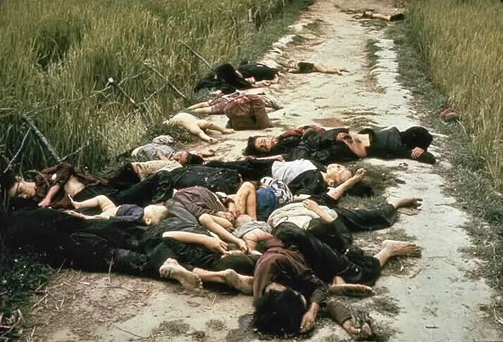 Fotografía de ciudadanos vietnamitas masacrados, el sangriento resultado de la Masacre de My Lai.