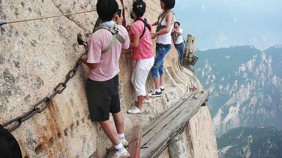 Fotografía de un grupo de personas cruzando el camino al monte Huashan.