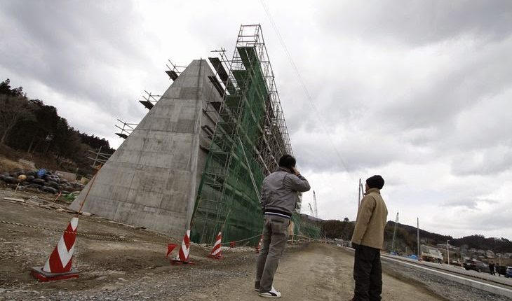 Pasred anti-tsunami en construcción.
