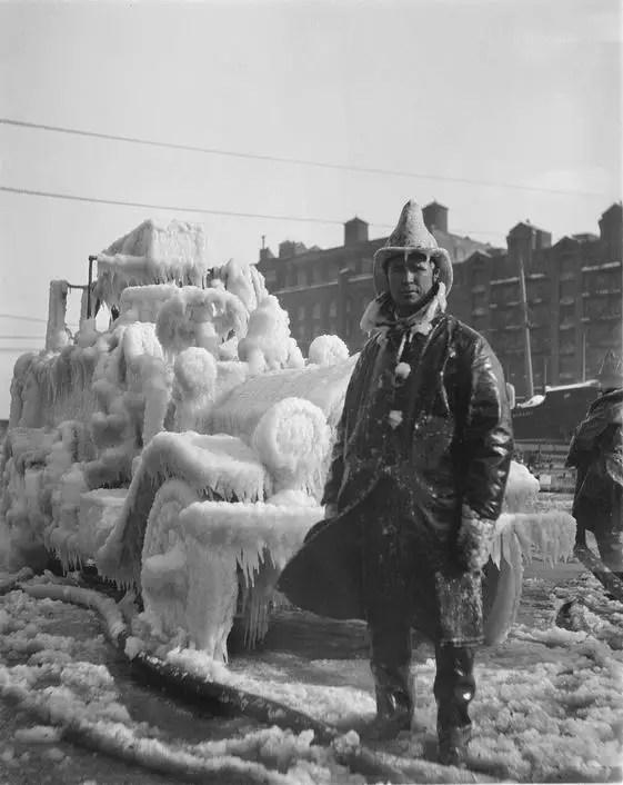 Fotografía de un bombero antiguo.