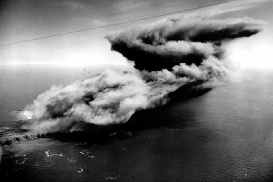 Nube de humo causada por la explosión de la operación British Bang.