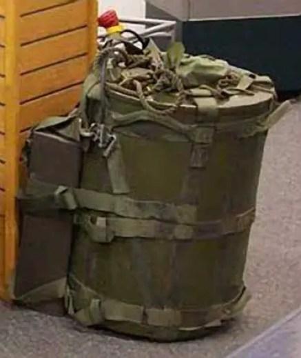 Fotografía de un artefacto nuclear con forma de bolso.