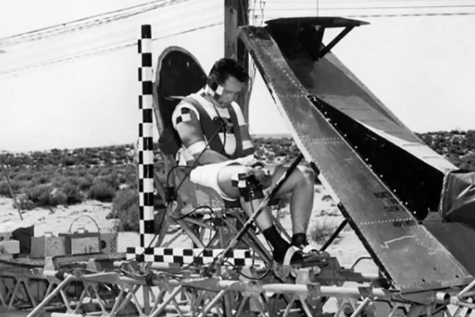 Fotografía de Paul Stapp montado en un trineo supersónico.