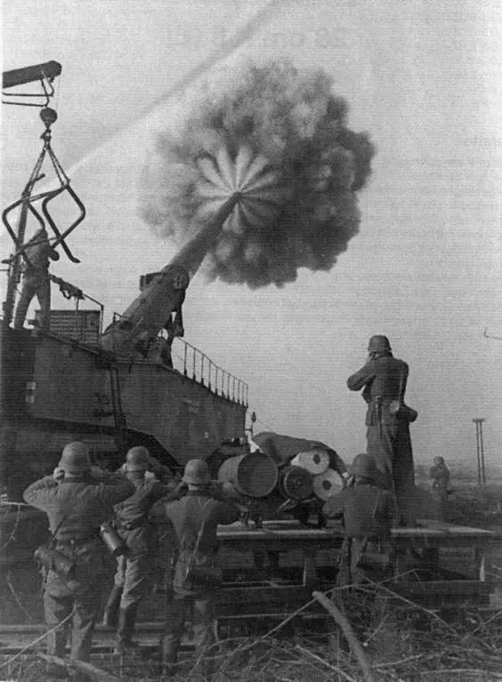 Fotografía del Schwerer Gustav abriendo fuego