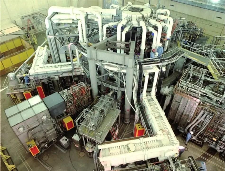 Fotografía del exterior del exterior del Tokamak Fusion Test Reactor,