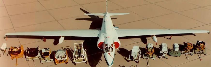 Fotografía de un avión U-2 y sus equipos experimentales.