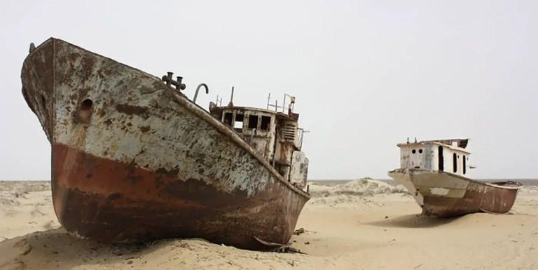 Fotografía de un barco abandonado.