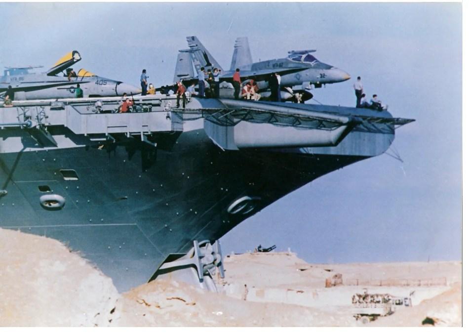 Fotografía de un buque navegando por el canal de Suez.