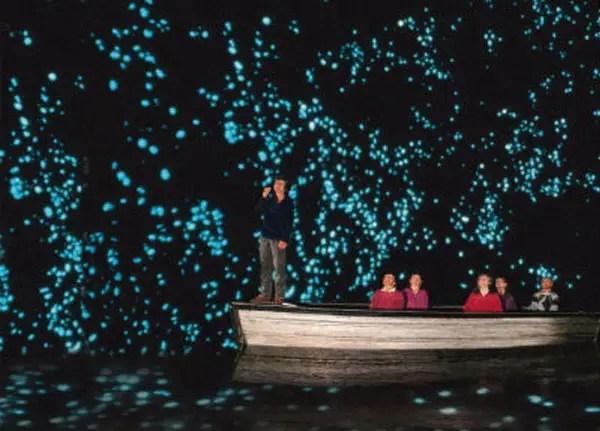 Paseo en bote dentro de la cueva de Waitomo.