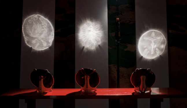 Varios espejos mágicos chinos formando distintas imágenes.