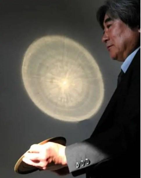 Ejemplo de un espejo mágico japonés en funcionamiento.