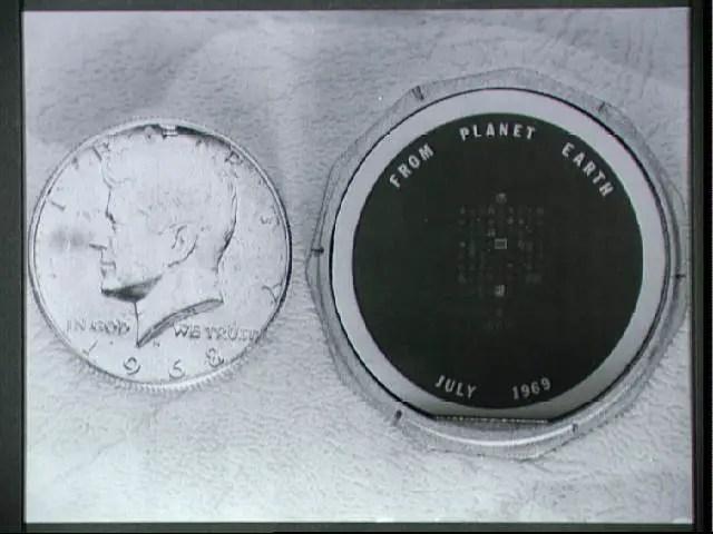 Moneda depositada en la superficie lunar.