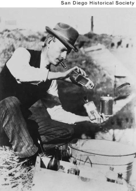 """Fotografía de Charles Mallory Hatfield preparando una de sus """"posicones para la lluvia""""."""