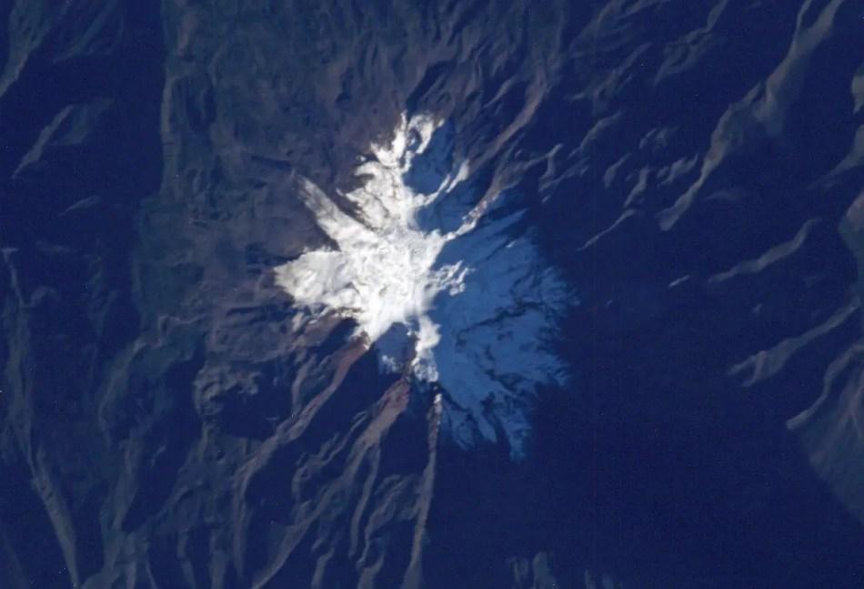 Vista satelital de la cima nevada del volcán Chimborazo.