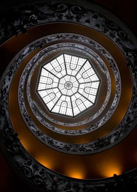 Vista desde la parte inferior de la escalera caracol del Museo del Vaticano.