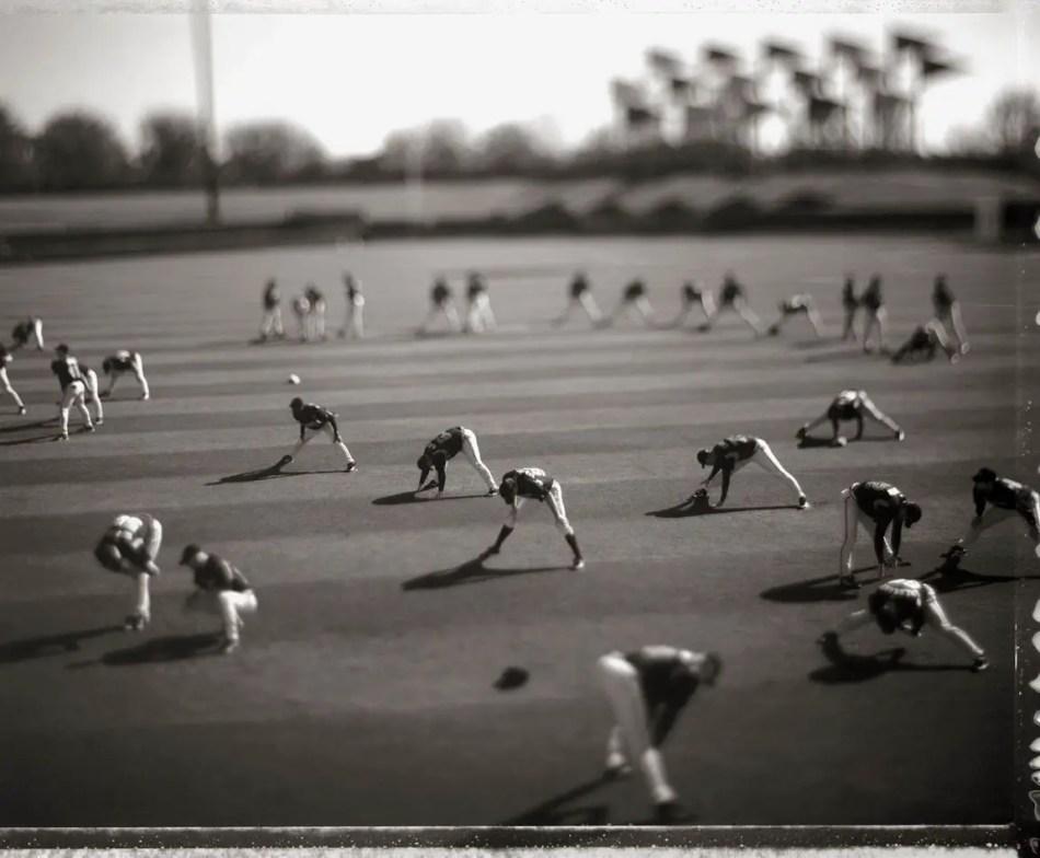 Miniatura de David Burnett en la cual vemos a un grupo de deportistas realizando estiramientos.