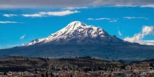 Vista panorámica del volcán Chimborazo desde la ciudad e Riobamba.
