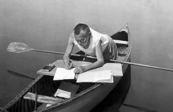 Charles Proteus Steinmetz realizando complejos cálculos y estudios en una canoa.