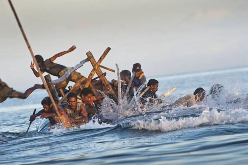 Cazadores lamafas en problemas saltando de sus botes.
