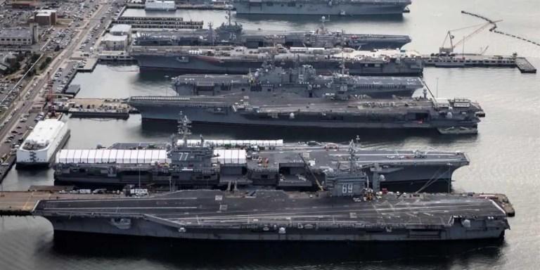 Fotografía de un grupo de portaaviones estadounidenses anclados a un muelle depósito.