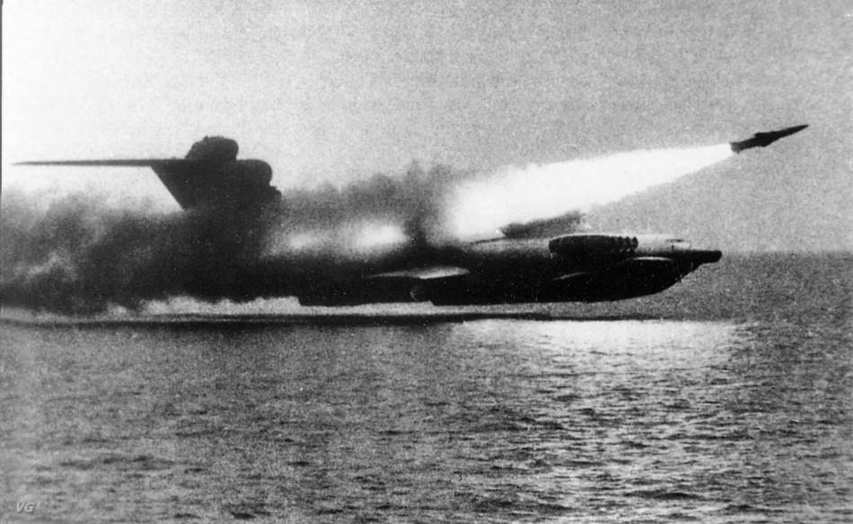 El ekranoplan volando al ras del mar mientras dispara un misil