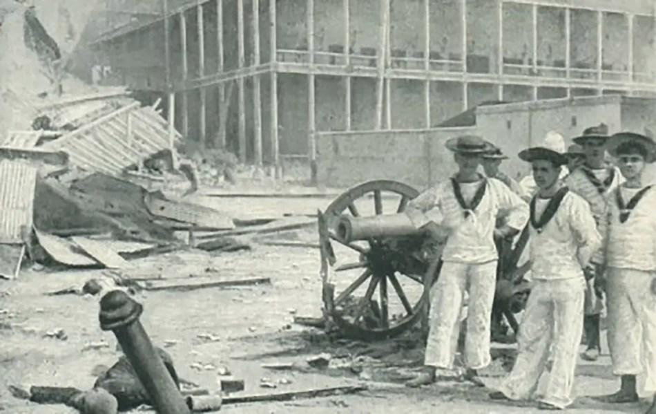 Marinos con cañones capturados del Khalid durante la guerra entre el Imperio Británico y Zanziba