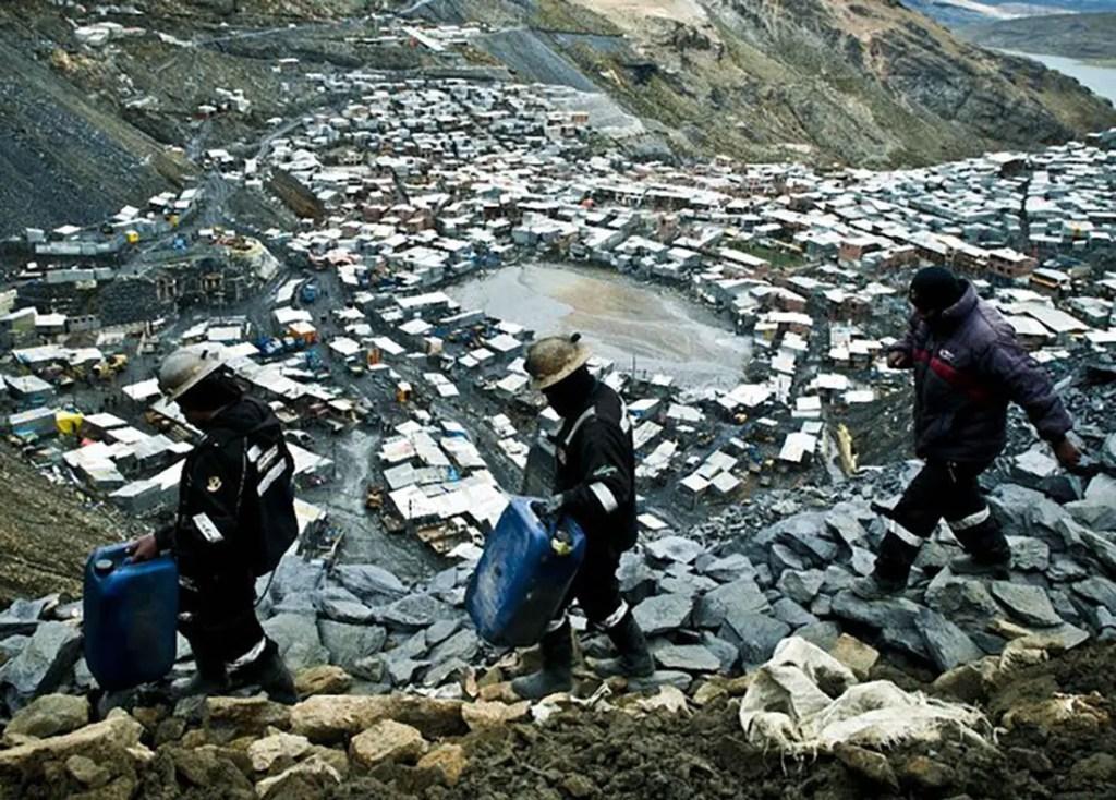 Trabajadores mineros en La RInconada, el poblado más alto del mundo.