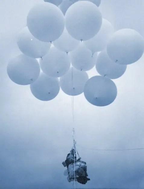 Detalle de Larry Walters elevándose a los cielos con su silla de patio y sus globos meteorológicos.