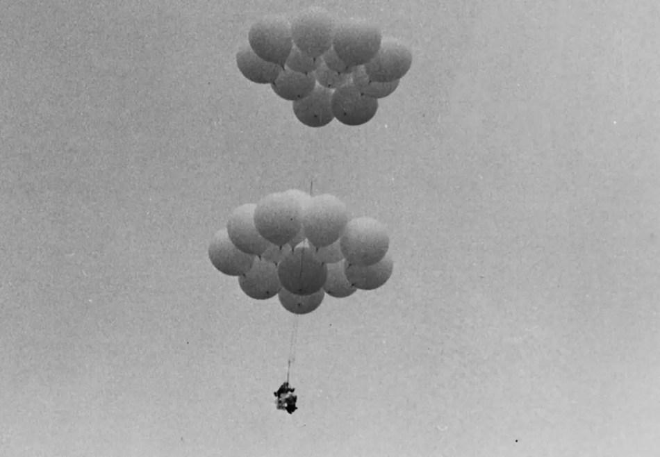 Fotografía de Larry Walters elevándose a los cielos con su silla de patio y globos meteorológicos.