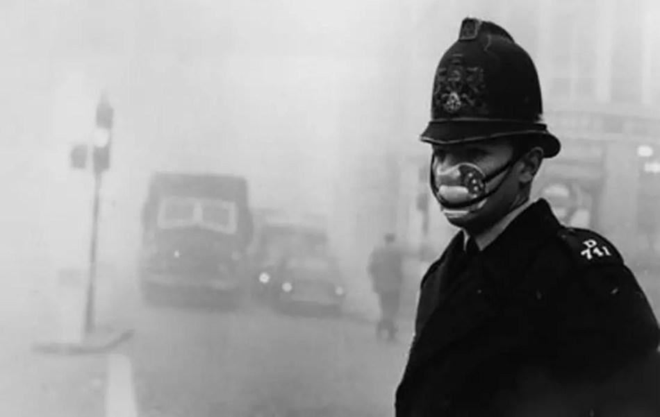 Policia utilizando un barbijo mientras dirije el tránsito.